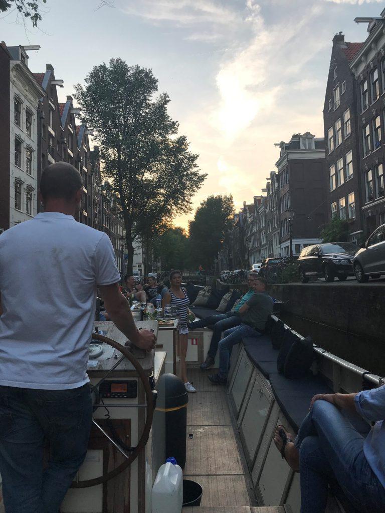 """Amsterdam, aux Pays-Bas, pour son côté autant ancien que moderne et artistique, ses canaux, ses """"boat house"""" et ses petits bars charmants."""
