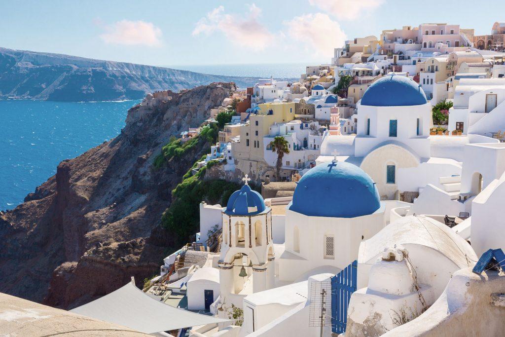 Santorini, pour ses vues à flanc de montagne et son côté romantique