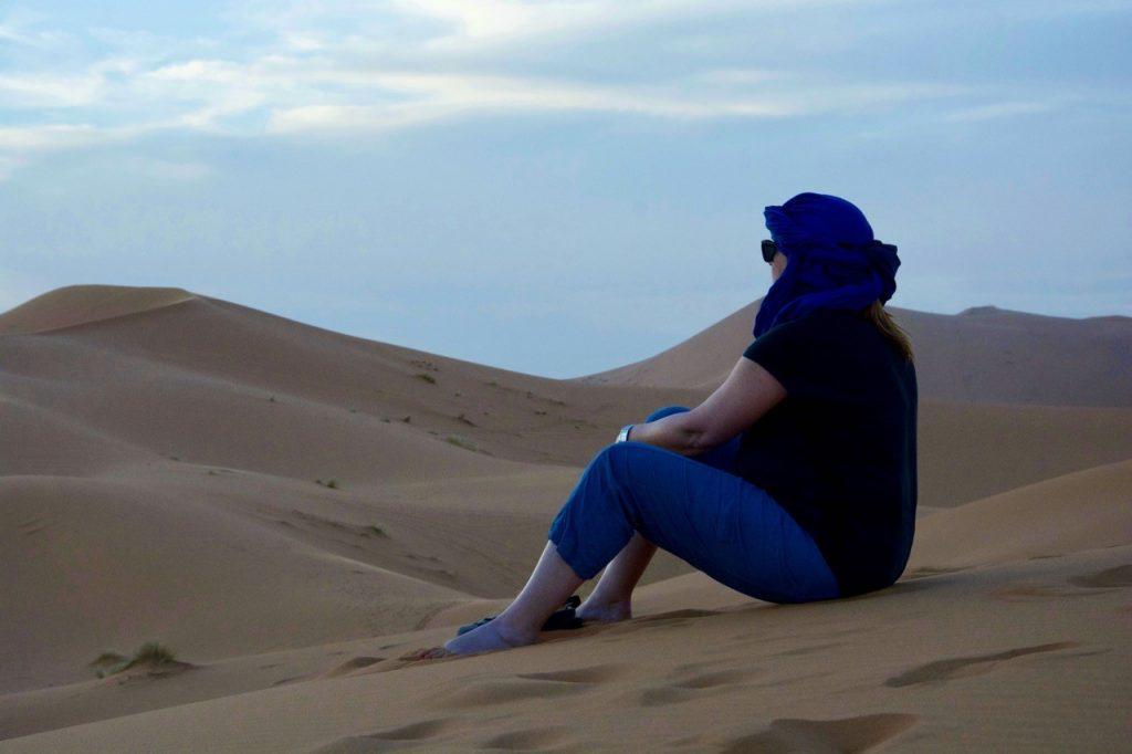 Le silence dans les dunes du Sahara au coucher du soleil, cela n'a pas de prix ! Le Maroc un pays unique à découvrir du désert à la mer.